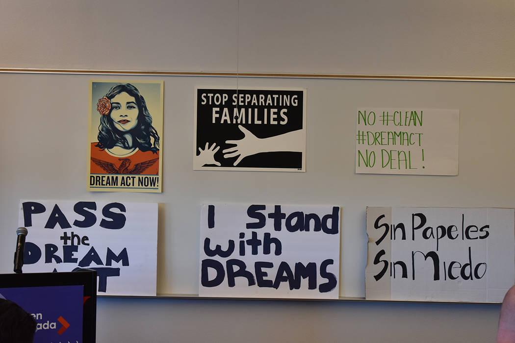 Distintas pancartas pro-inmigrantes fueron colocadas durante la conferencia de prensa. 8 de febrero del 2018 en UNLV. [Foto Anthony Avellaneda / El Tiempo]