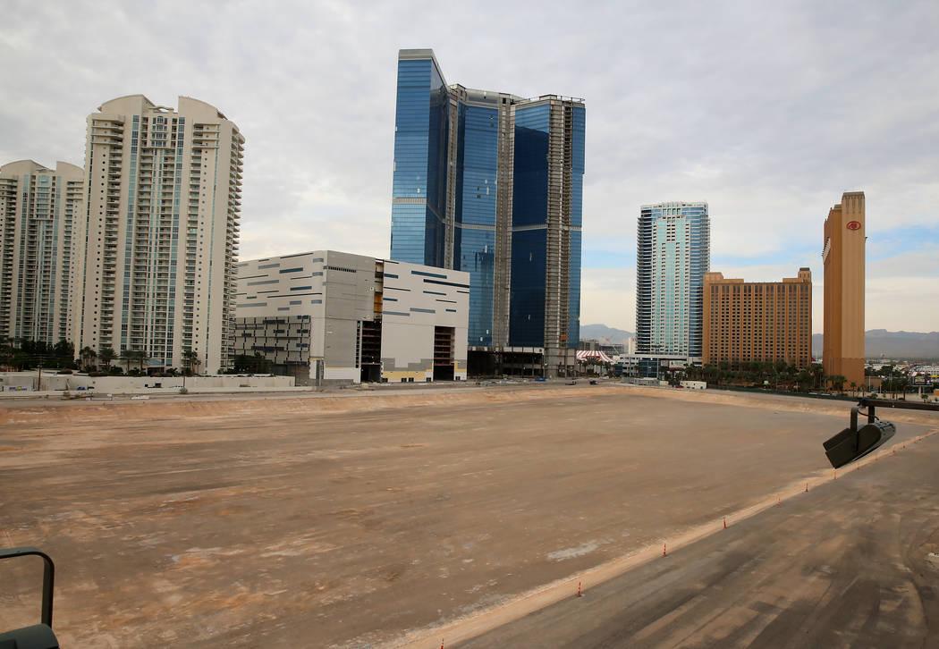 El proyecto inconcluso de Fontainebleau en Las Vegas Strip tiene un nuevo nombre - The Drew Las Vegas - y su apertura será a fines de 2020. (Bizuayehu Tesfaye / Las Vegas Review-Journal) @bizutesfaye