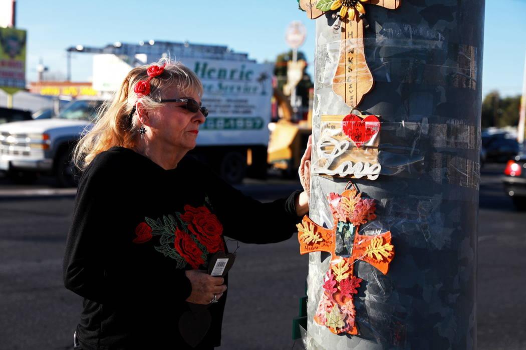 Leslie Ortega, de 65 años, visita un monumento conmemorativo de su difunto esposo cerca de la escena de un accidente automovilístico en 2016 en la intersección de Nellis Boulevard y Washington  ...