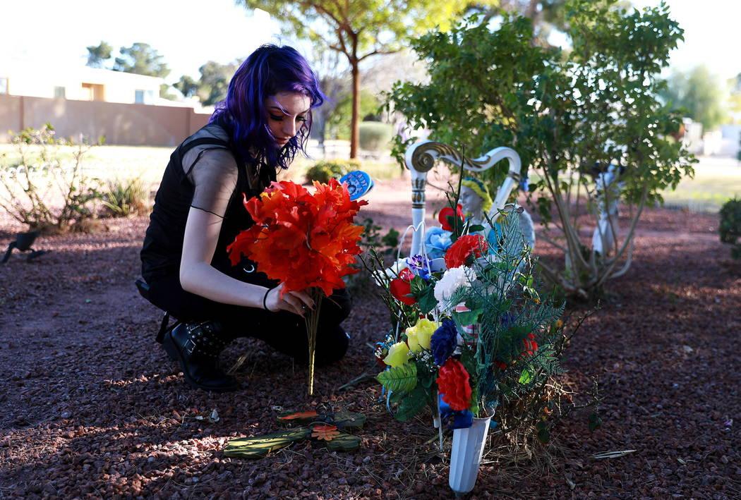 Faith Hubbard, de 19 años, visita un monumento a su abuelo en un jardín comunitario en Winterwood Village en Las Vegas el martes 6 de febrero de 2018. Hubbard sobrevivió al accidente que mató  ...