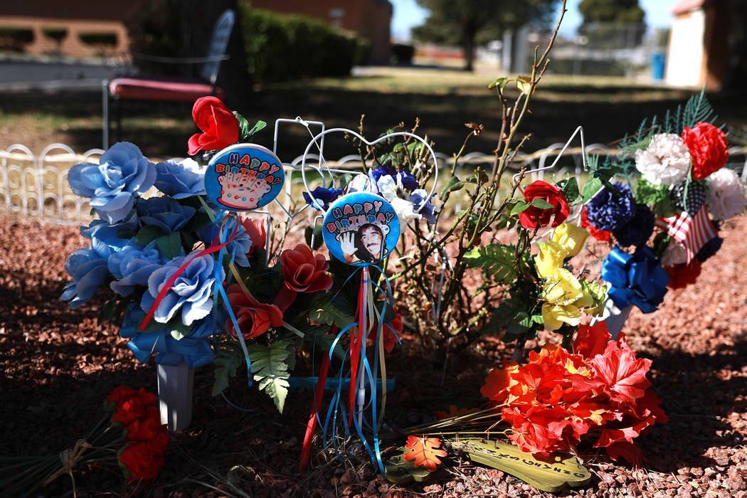 Un memorial para Quirino Ortega es decorado por su viuda, Leslie Ortega, y su nieta, Faith Hubbard, en un jardín comunitario en Winterwood Village en Las Vegas el martes 6 de febrero de 2018. And ...