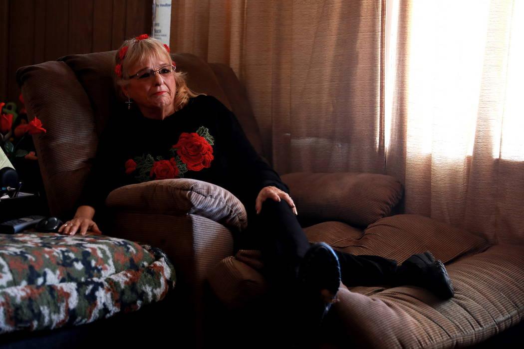 Leslie Ortega llora mientras mira videos caseros de su difunto esposo, a quien apodaba Nino, en su casa en Winterwood Village en Las Vegas el martes 6 de febrero de 2018. La pareja estuvo casada p ...