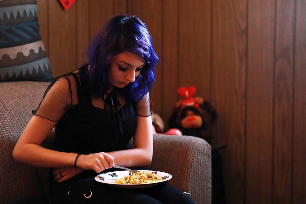 Faith Hubbard se agarra el estómago para aplicar presión mientras come en su casa en Winterwood Village en Las Vegas el martes, 6 de febrero de 2018. Después de sobrevivir el accidente de coche ...
