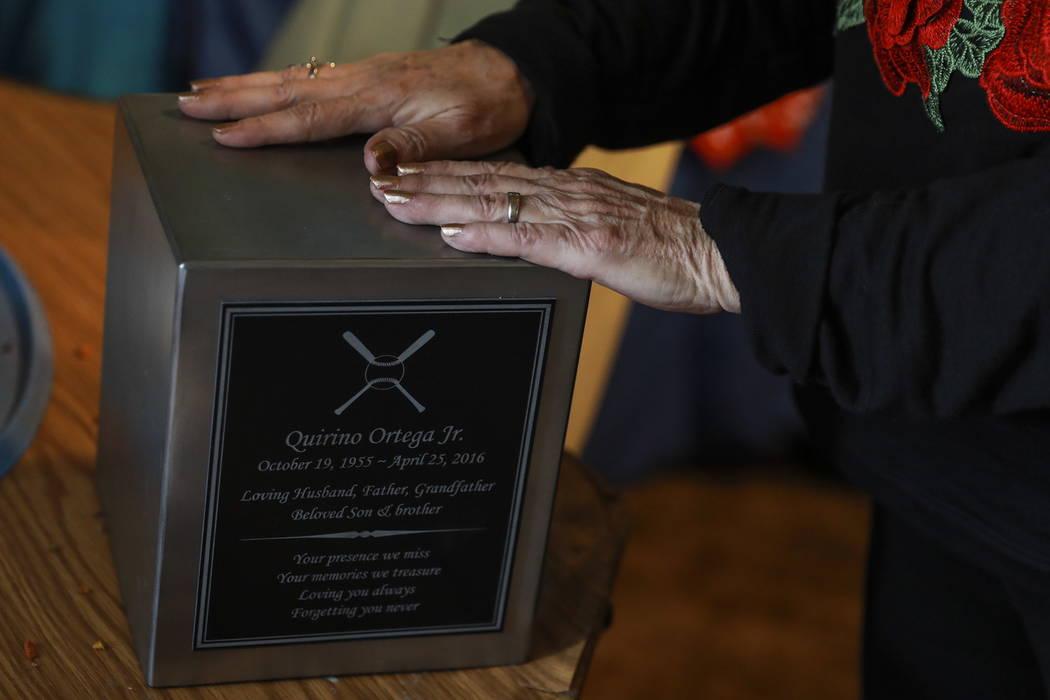 """Leslie Ortega pone sus manos en las cenizas de Nino, que guarda en una esquina de su antigua habitación en su casa de Las Vegas el martes 6 de febrero de 2018. """"La vida como la conocí durante 34 ..."""