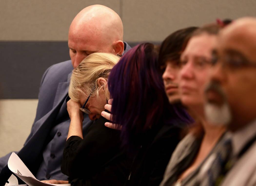 """Leslie Ortega es consolada por su abogado, Ben Cloward, durante la sentencia de Moroni Calvo en el Centro de Justicia Regional de Las Vegas el miércoles 7 de febrero de 2018. """"El acusado tomó un ..."""