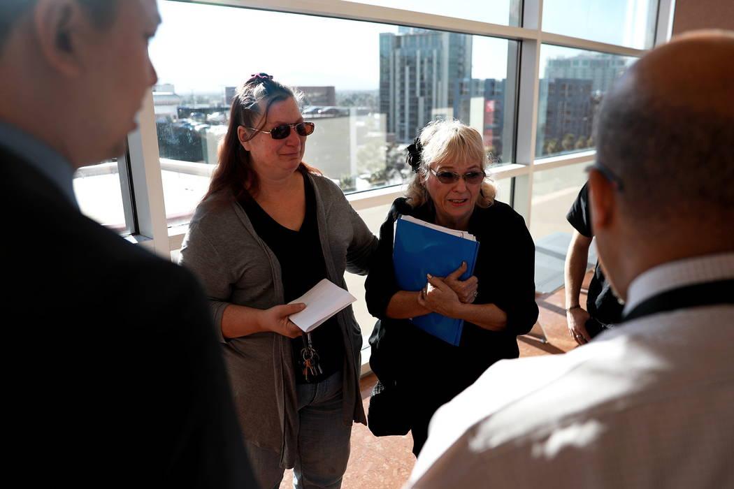 Leslie Ortega y Heather Martin hablan con los abogados después de la sentencia de Moroni Calvo, quien se declaró culpable de homicidio vehicular, en el Centro de Justicia Regional en Las Vegas e ...