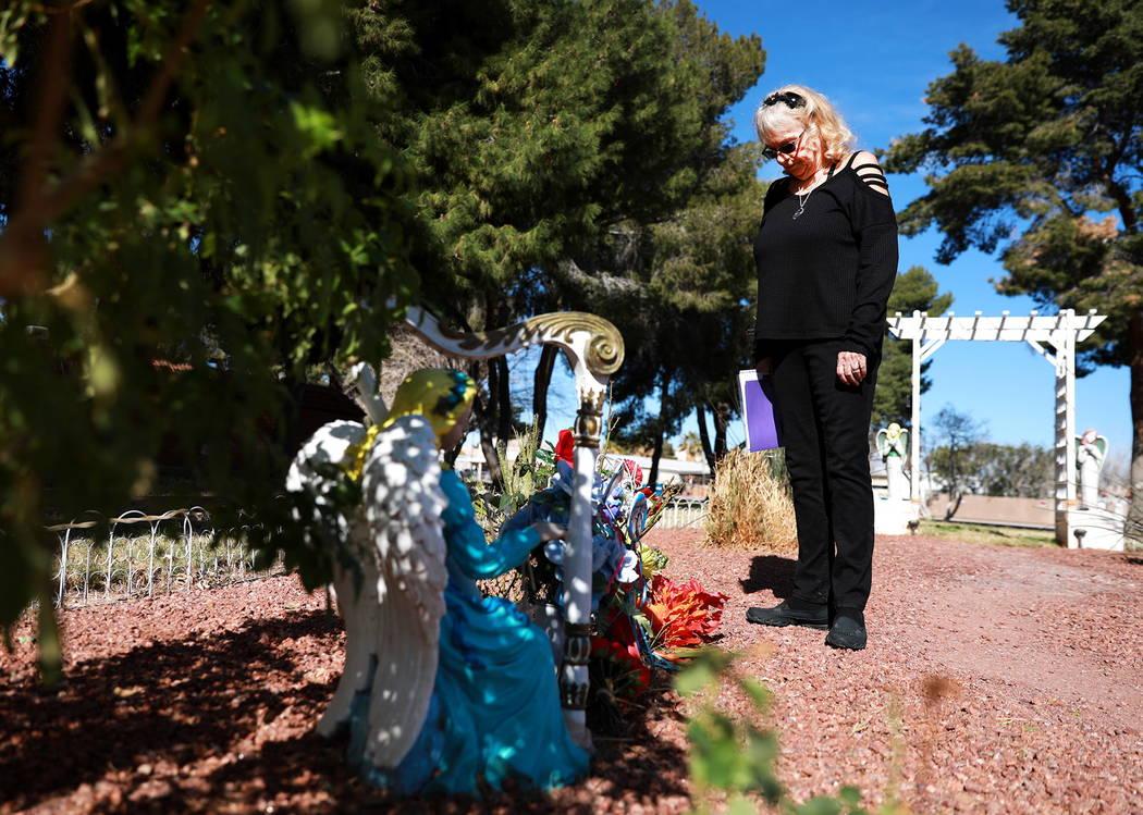 """Leslie Ortega visita el monumento de su difunto esposo en un jardín comunitario en Winterwood Village en Las Vegas el domingo 4 de febrero de 2018. """"Mientras yo esté viva, él estará presente e ..."""