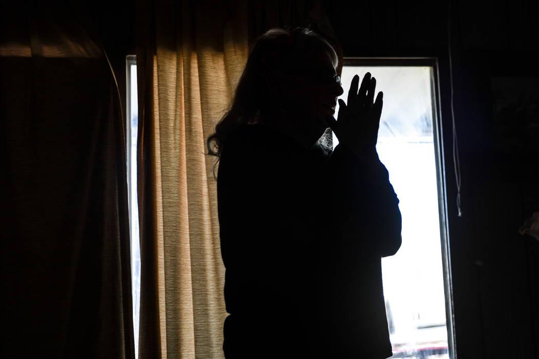 """Leslie Ortega junta sus manos mientras habla sobre su difunto esposo en su casa en Winterwood Village en Las Vegas el martes, 6 de febrero de 2018. """"La justicia nunca se puedrá realizar por mi es ..."""