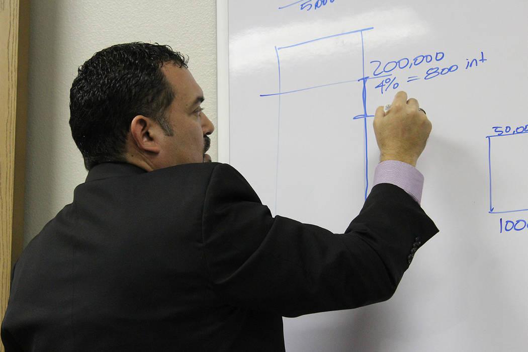 Flavio Jiménez explicó que las casas han aumentado su valor en Las Vegas. [Foto Cristian De la Rosa / El Tiempo - Contribuidor]