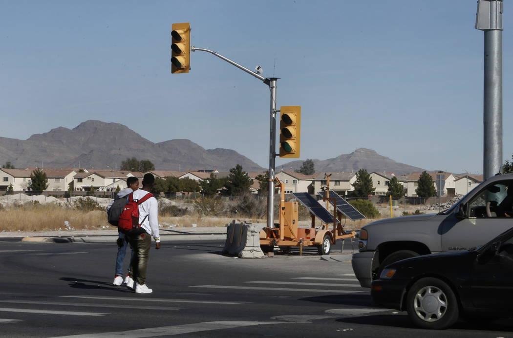 Las señales de tránsito temporales se ven cuando los peatones cruzan la cale North Fifth, cerca de Centennial Parkway en North Las Vegas el jueves 8 de febrero de 2018. Funcionarios de la ciudad ...