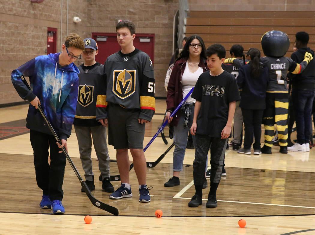Rylie Barcomb, izquierda, se prepara para disparar a la meta en la escuela secundaria Walter Johnson el lunes 12 de febrero de 2018 en Las Vegas. Vegas Golden Knights y el Distrito Escolar del Con ...