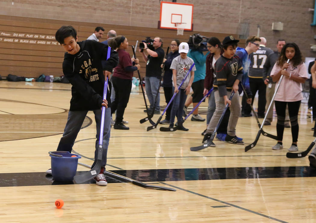 Kai High tira a la meta en Walter Johnson Junior High School el lunes 12 de febrero de 2018 en Las Vegas. Vegas Golden Knights y el Distrito Escolar del Condado de Clark llevarán hockey callejero ...