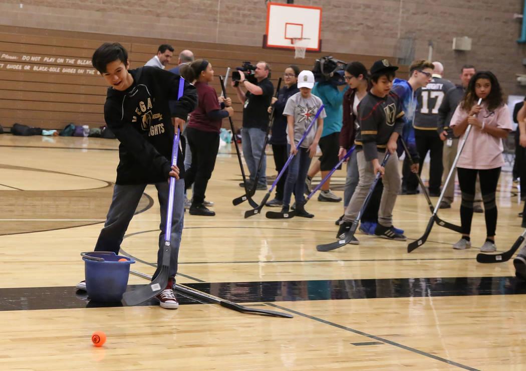 Kai High tira a la meta en Walter Johnson Junior High School el lunes 12 de febrero de 2018 en Las Vegas. Vegas Golden Knights y el Distrito Escolar del Condado de Clark llevarán hockey callejero ...