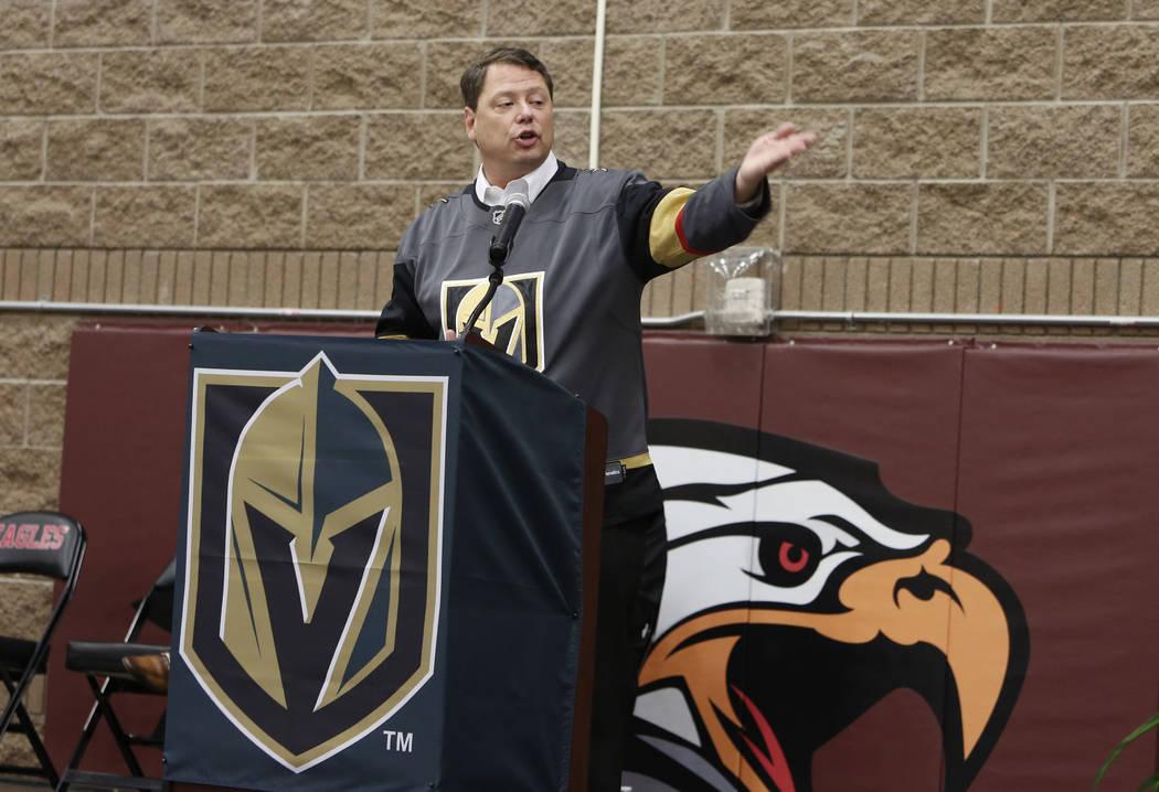 Pat Skorkowsky, superintendente de las escuelas del Condado de Clark, habla en Walter Johnson Junior High School el lunes 12 de febrero de 2018 en Las Vegas. Kerry Bubolz, presidente de Vegas Gold ...