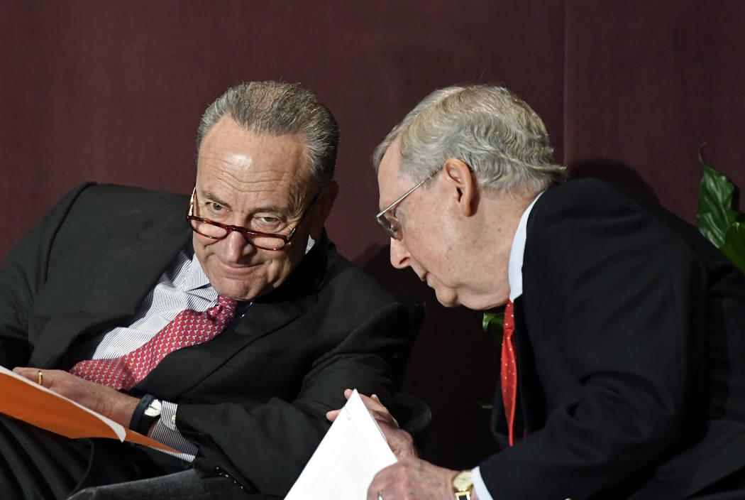 El líder de la minoría del Senado Charles Schumer, DN.Y., izquierda, habla con el líder mayoritario del Senado Mitch McConnell, R-Ky., Antes de su discurso en la Serie de Oradores Distinguidos  ...