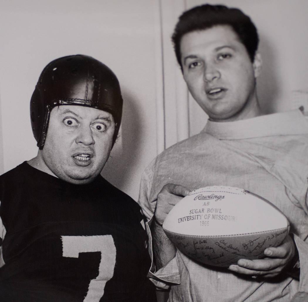 Marty Allen y Steve Rossi se muestran en esta foto de 1966 durante una sesión promocional después de que la Universidad de Missouri ganara el Sugar Bowl. (Tom Donoghue)