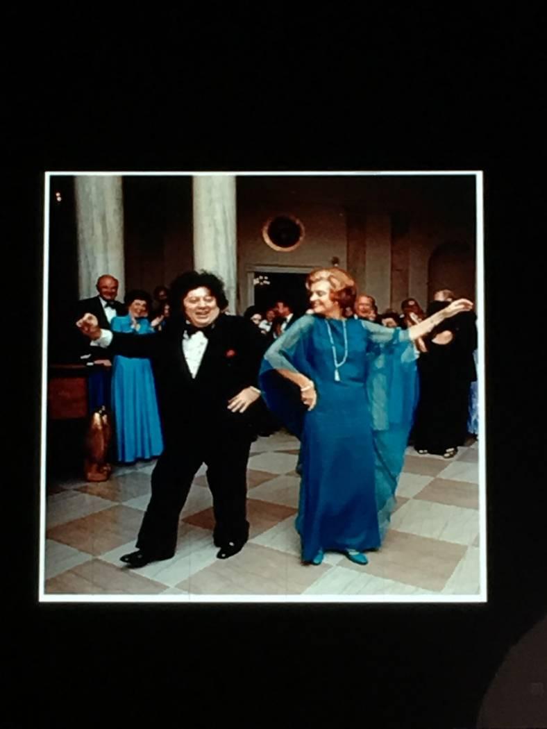 Marty Allen se muestra bailando con la Primera Dama Betty Ford en la Casa Blanca en 1974. (Marty Allen)