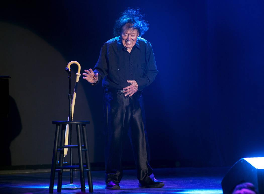 El comediante Marty Allen realiza un pequeño baile para celebrar su 95º cumpleaños durante un espectáculo en South Point el jueves 23 de marzo de 2017. (Sam Morris / Las Vegas News Bureau)