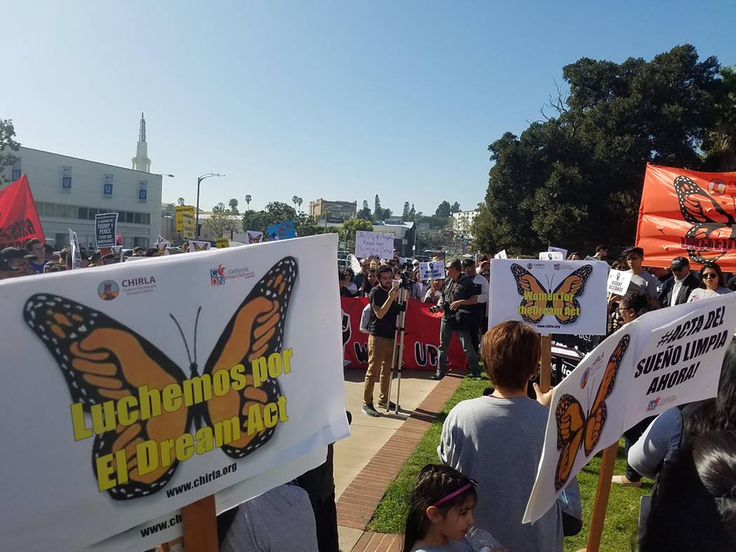 """ARCHIVO.- Miles de personas protestaron en Los Ángeles, California, en rechazo a la propuesta del presidente Donald Trump para regularizar la situación de un millón 800 mil """"dreamers"""" y exigir  ..."""