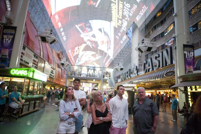 La experiencia de Fremont Street en el centro de Las Vegas honra a Muhammad Ali con un tributo en video el sábado 4 de junio de 2016. (Loren Townsley / Las Vegas Review-Journal) Follow @lorentownsley