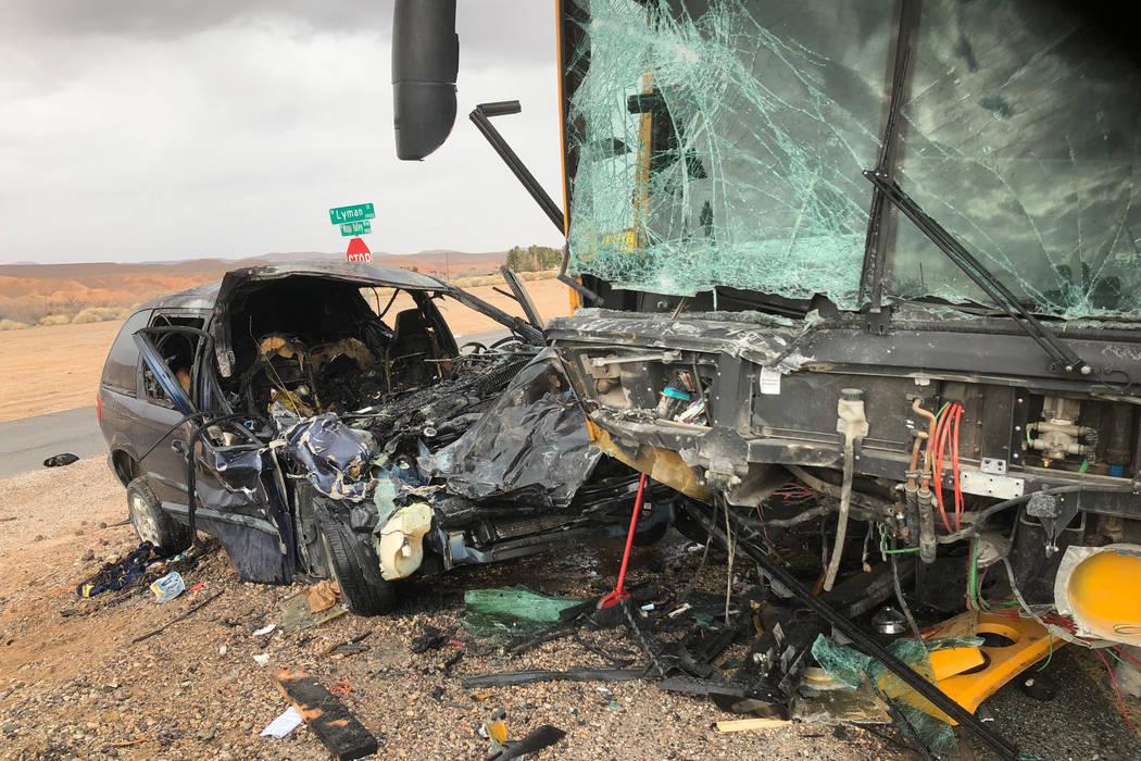 Una minivan azul marino colisionó de frente con un autobús del Distrito Escolar del Condado de Clark en el Valle de Moapa. (Patrulla de Caminos de Nevada)