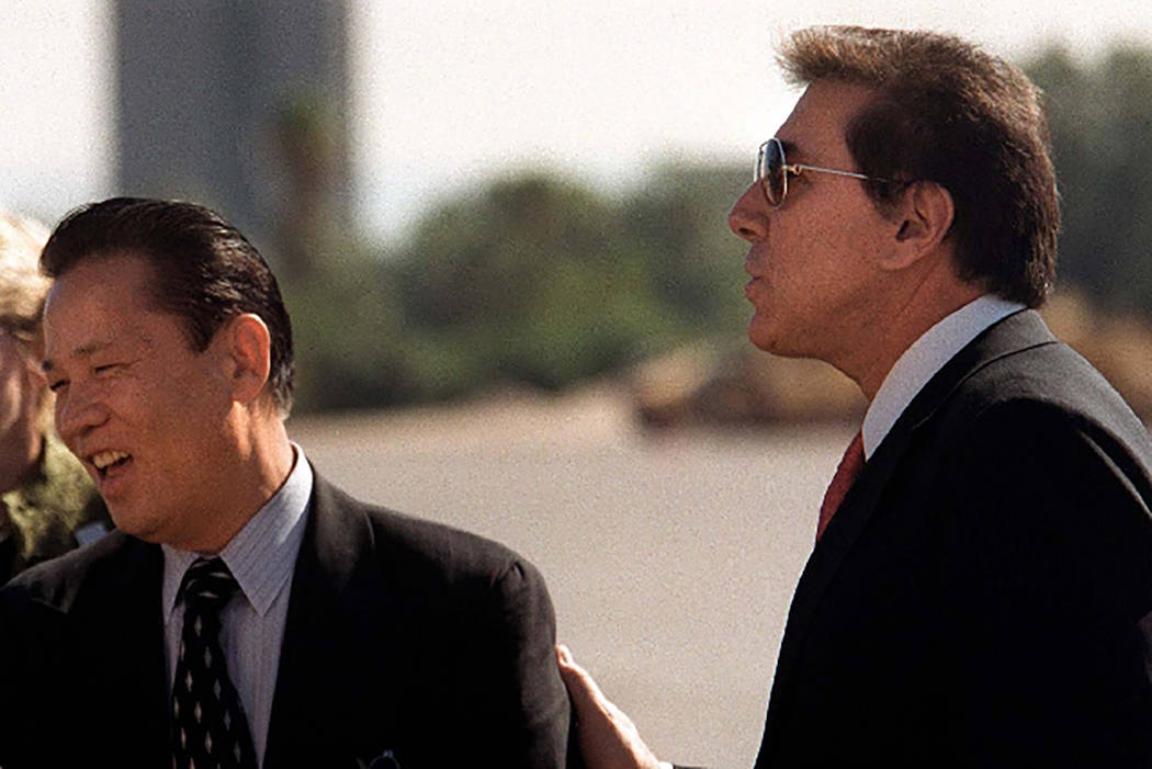 Kazuo Okada, a la izquierda, y Steve Wynn en el año 2002 (Las Vegas Review-Journal archivo)