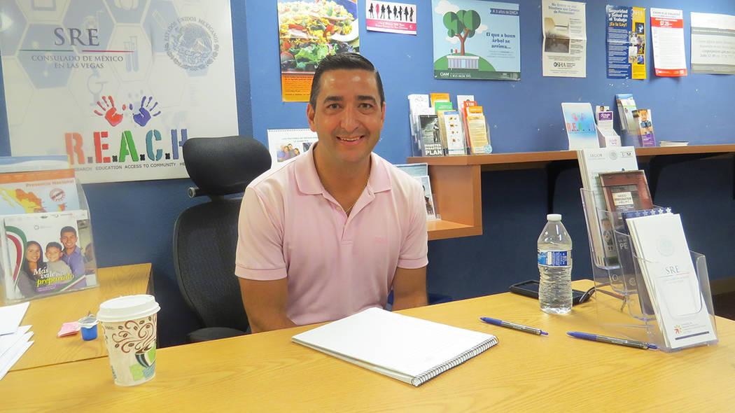 El abogado Daniel Serna durante una jornada sabatina del Consulado de México en Las Vegas. [ Foto Anthony Avellaneda / Archivo El Tiempo ]