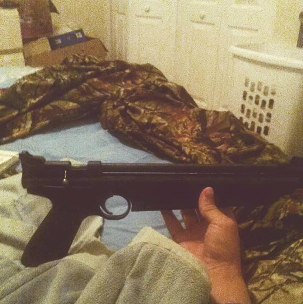Esta foto publicada en la cuenta de Instagram de Nikolas Cruz muestra armas que yacen en una cama. Cruz fue acusado de 17 cargos de asesinato premeditado el jueves 15 de febrero de 2018, el día d ...