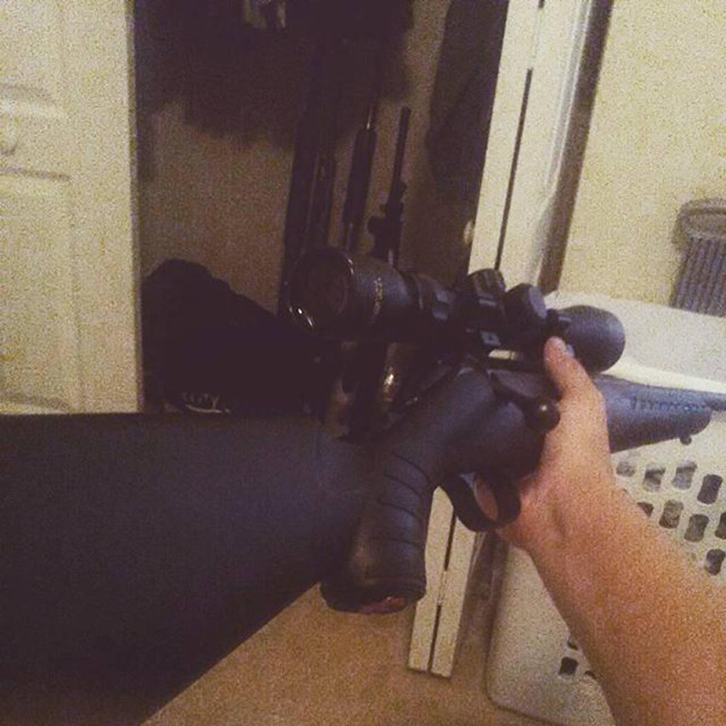 Esta foto publicada en la cuenta de Instagram de Nikolas Cruz muestra que sostiene un arma de fuego. Cruz fue acusado de 17 cargos de asesinato premeditado el jueves 15 de febrero de 2018, el día ...