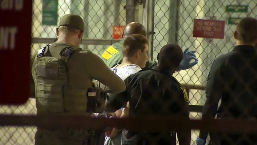 En esta toma de imagen por video proporcionado por WPLG-TV, la policía lleva a Nikolas Cruz a la cárcel del condado de Broward el jueves 15 de febrero de 2018 en Fort Lauderdale, Florida. Cruz f ...