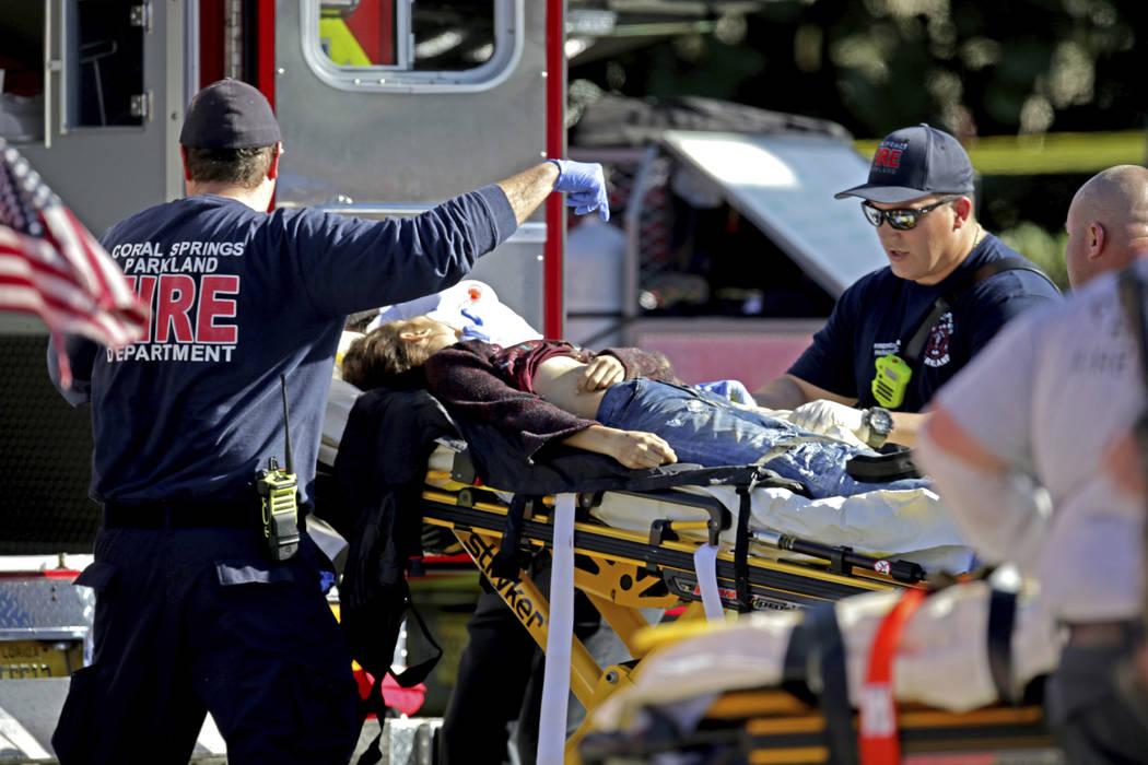 El personal médico atiende a una víctima luego del tiroteo en Marjory Stoneman Douglas High School en Parkland, Fla., El miércoles 14 de febrero de 2018. (John McCall / South Florida Sun-Sentin ...