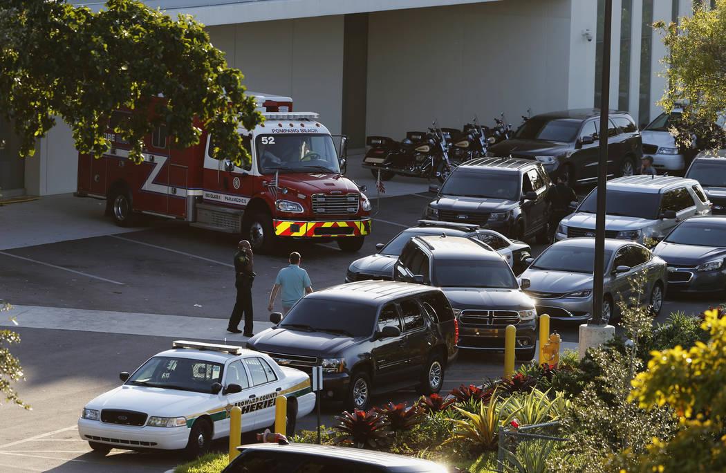 La policía y los vehículos de rescate se exhiben afuera del hospital Broward Health North el miércoles 14 de febrero de 2018 en Deerfield Beach, Florida. Un tirador abrió fuego el miércoles e ...