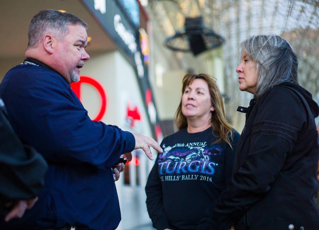 Steve Willis, pastor principal de First Christian Church, a la izquierda, habla con Michelle Caldwell, del centro, y Barbara Foster, ambas de Illinois, antes de marcar sus frentes para el miércol ...