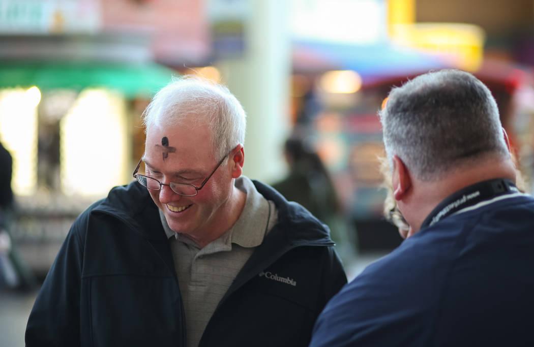 Alan Heitz de Iowa, izquierda, después de marcar su frente por Steve Willis, un pastor principal en la Iglesia First Christian, para el Miércoles de Ceniza en la calle Fremont en el centro de La ...