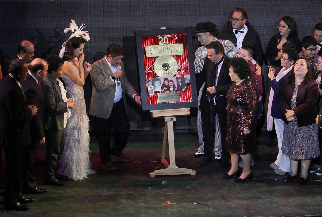 """Familiares, amigos, elenco y productores de la obra """"Aventurera"""" estuvieron presentes durante el reconocimiento que le rindieron a Carmen Salinas por los 20 años de éxito de la puesta en esc ..."""