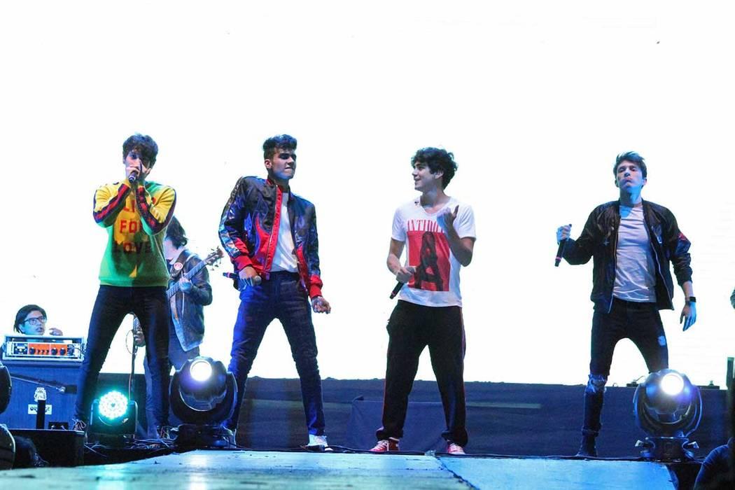 """Presentación del grupo juvenil CD9 que interpretó sus éxitos como """"No le hablen de amor"""", """"Qué le importa a la gente"""", entre otras, que levantaron una gran ovación por parte de los asistentes ..."""