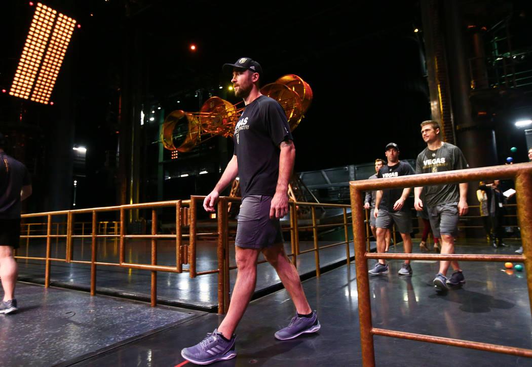 Deryk Engelland de Golden Knights durante una sesión de ejercicios de recuperación fuera del hielo con miembros del cuerpo técnico del Cirque du Soleil en el Ka Theatre dentro del MGM Grand en  ...