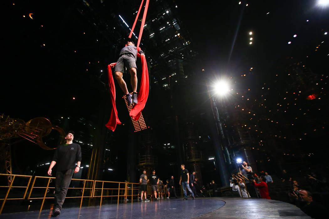 Jonathan Marchessault de Golden Knights participa en una sesión de ejercicios de recuperación fuera del hielo con miembros del cuerpo técnico del Cirque du Soleil en el Ka Theatre dentro del MG ...