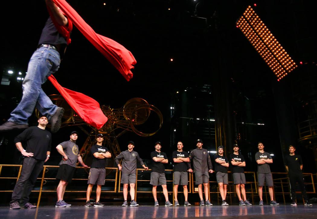 Los Caballeros Dorados jugaron a ver una demostración durante una sesión de ejercicios de recuperación fuera del hielo con miembros del cuerpo técnico del Cirque du Soleil en el Teatro Ka dent ...