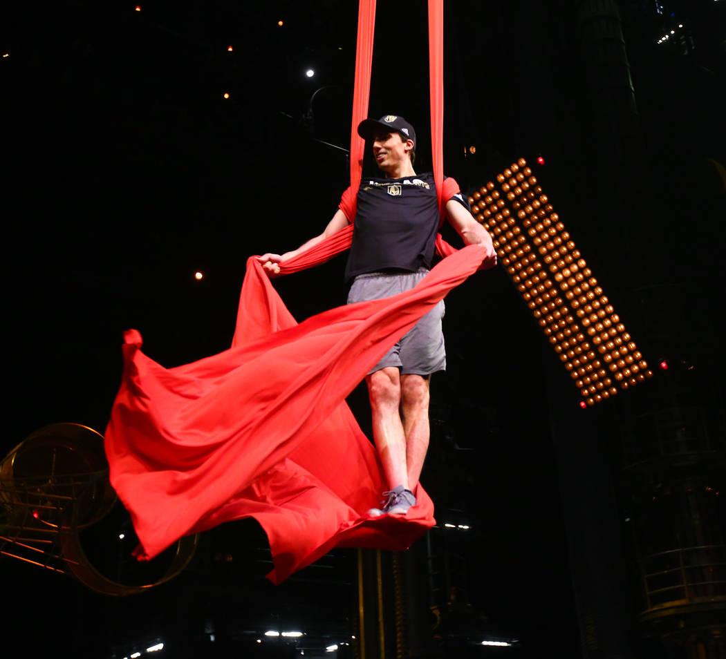 Marc-Andre Fleury de Golden Knights participa en una sesión de ejercicios de recuperación fuera del hielo con miembros del cuerpo técnico del Cirque du Soleil en el Teatro Ka dentro del MGM Gra ...
