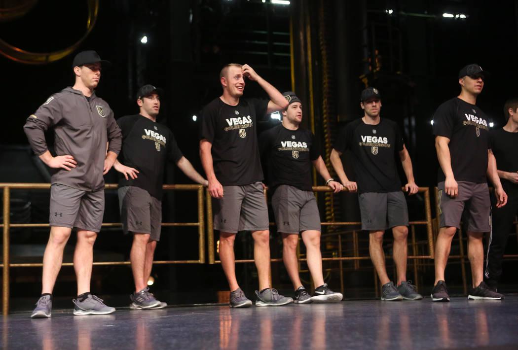 Jugadores de Golden Knights durante una sesión de ejercicios de recuperación fuera del hielo con miembros del cuerpo técnico del Cirque du Soleil en el Ka Theatre dentro del MGM Grand en Las Ve ...