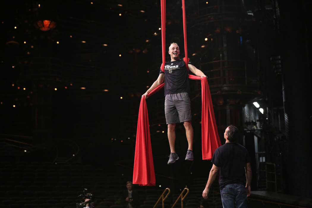 Nate Schmidt, de Golden Knights, participa en una sesión de ejercicios de recuperación fuera del hielo con miembros del cuerpo técnico del Cirque du Soleil en el Teatro Ka dentro del MGM Grand  ...