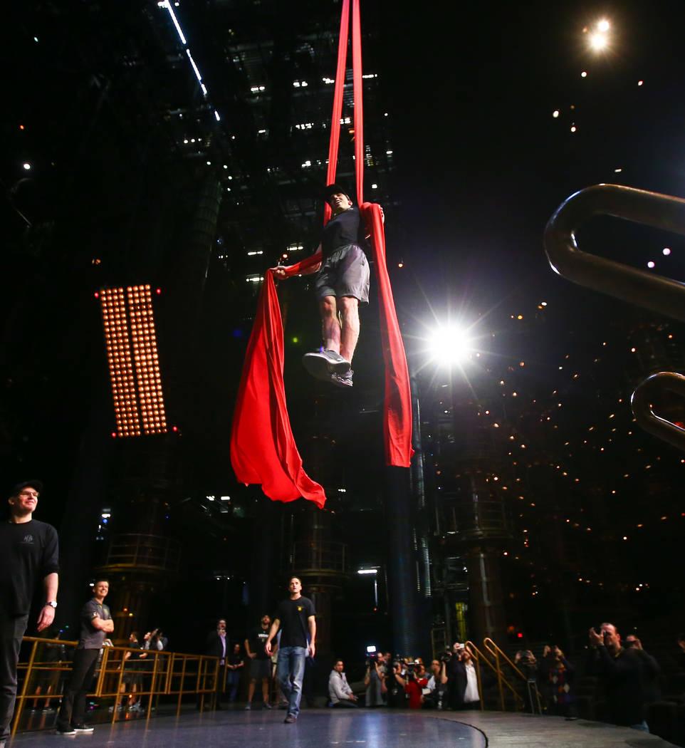 Marc-Andre Fleury de Golden Knights hace malabares mientras participa en una sesión de ejercicios de recuperación sin hielo con miembros del cuerpo técnico del Cirque du Soleil en el Teatro Ka  ...