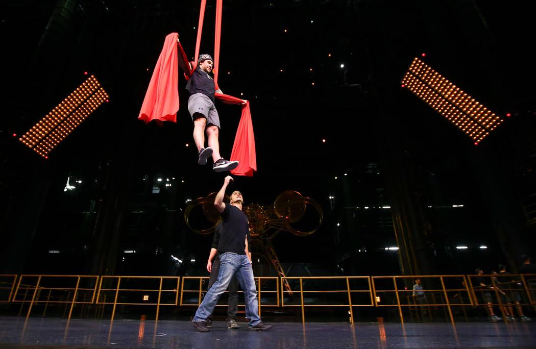 Brendan Leipsic de Golden Knights participa en una sesión de ejercicios de recuperación fuera del hielo con miembros del cuerpo técnico del Cirque du Soleil en el Ka Theater dentro del MGM Gran ...