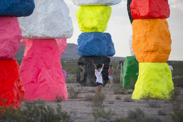 La gente explora el área en Seven Magic Mountains cerca de Jean el lunes, 16 de mayo de 2016. Chase Stevens / Las Vegas Review-Journal Follow @csstevensphoto