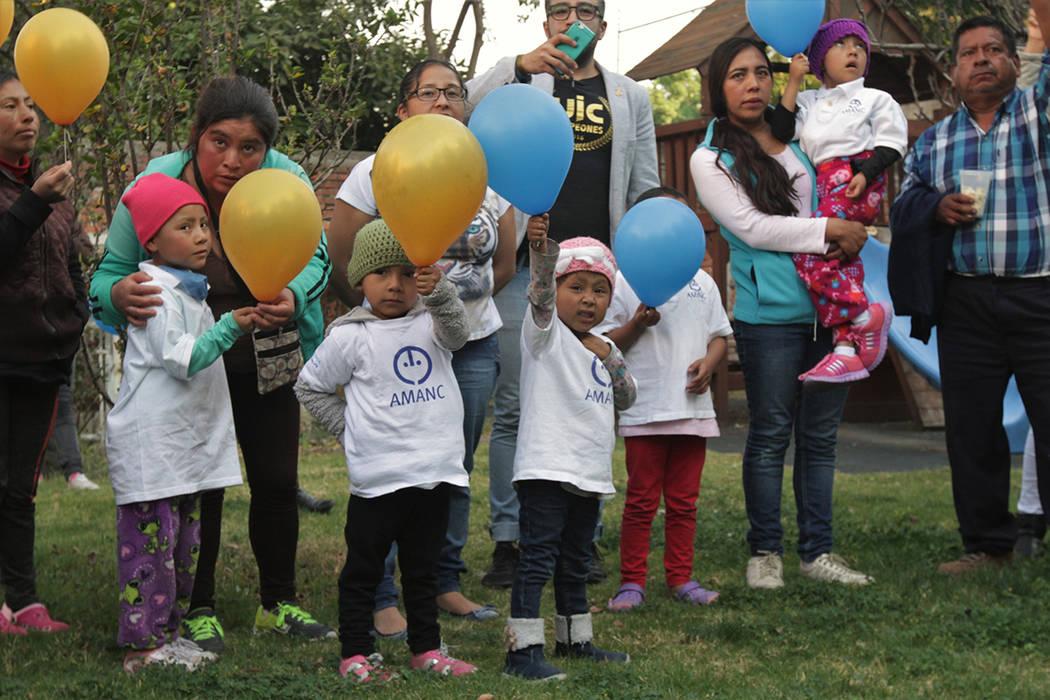 Concursos, pláticas, palomitas y lanzamiento de globos fueron parte de las actividades que la Asociación Mexicana de Ayuda a Niños con Cáncer ofreció en una evento, que buscó exhortar a las  ...