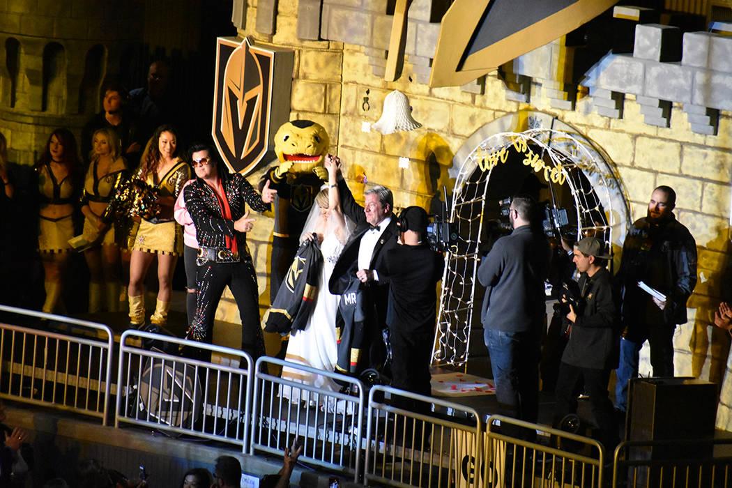 Durante el partido hubo petición de matrimonio y boda de la misma pareja de aficionados. 15 de febrero de 2018 en T-Mobile Arena. Foto Anthony Avellaneda / El Tiempo.