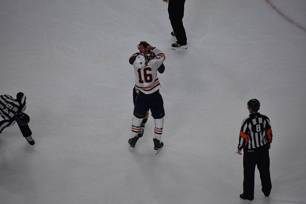 Colin Miller (VGK) y Jojhar Khaira (Oilers) protagonizaron una pelea que les valió ser sancionados durante cinco minutos. 15 de febrero de 2018 en T-Mobile Arena. Foto Anthony Avellaneda / El Tiempo.