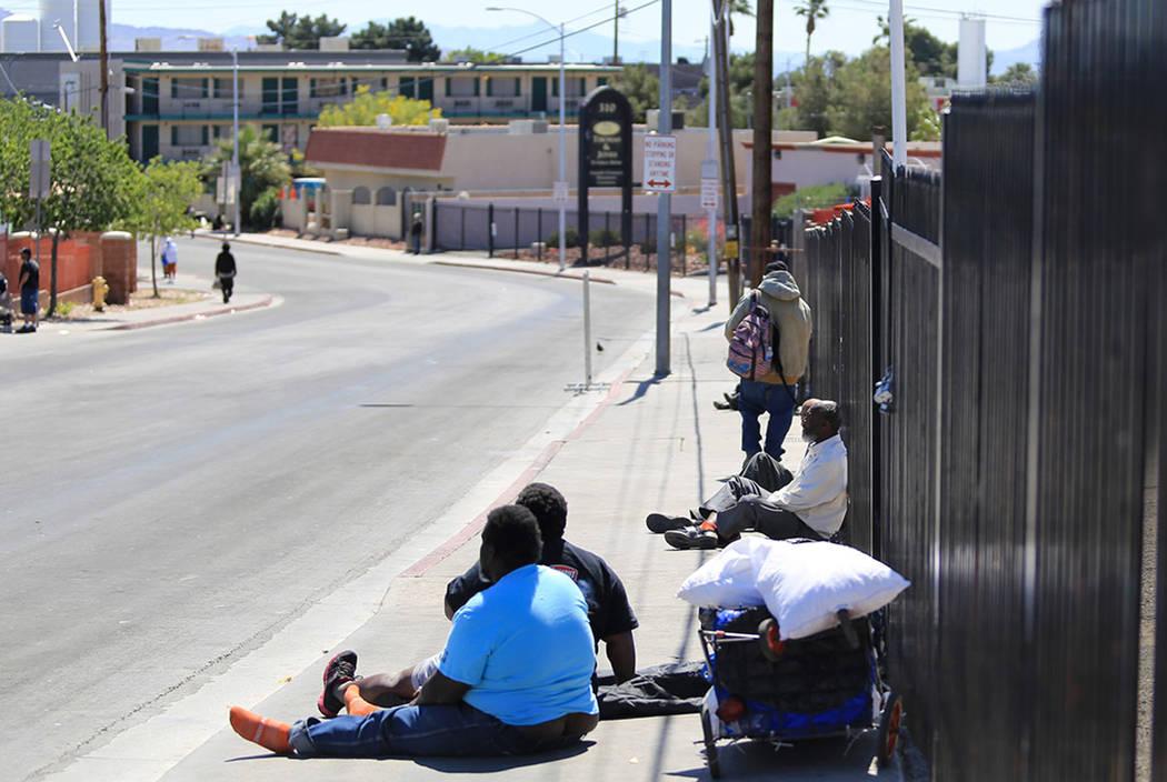 La gente se sienta en el Foremaster Lane en Las Vegas, el viernes 28 de abril de 2017, frente a un terreno que la ciudad de Las Vegas se convertirá en un campus que reunirá a los proveedores sin ...