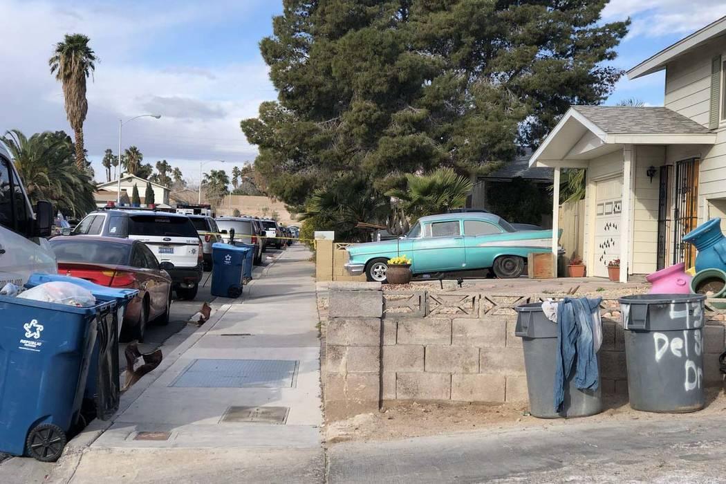 La policía de Las Vegas investiga dónde fue encontrado un hombre muerto a tiros en 4323 Del Santos Drive en el este de Las Vegas el lunes 19 de febrero de 2018. Es el segundo tiroteo fatal en es ...